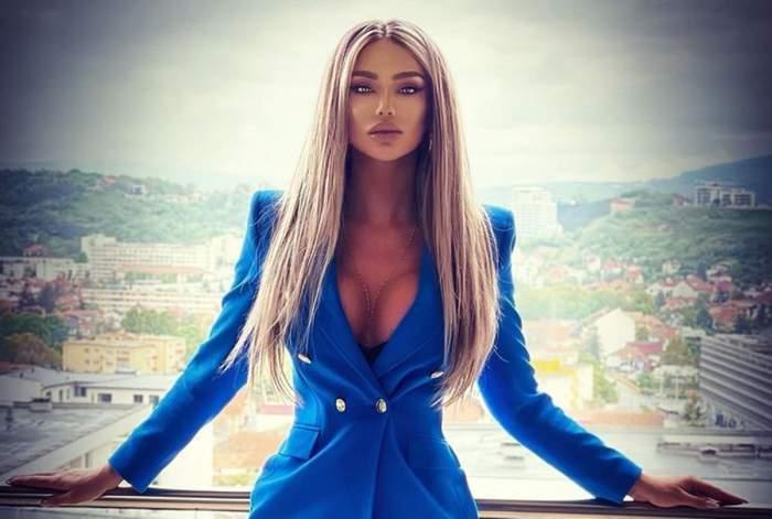 Bianca Drăgușanu, îmbrăcată în albastru, pe terasă