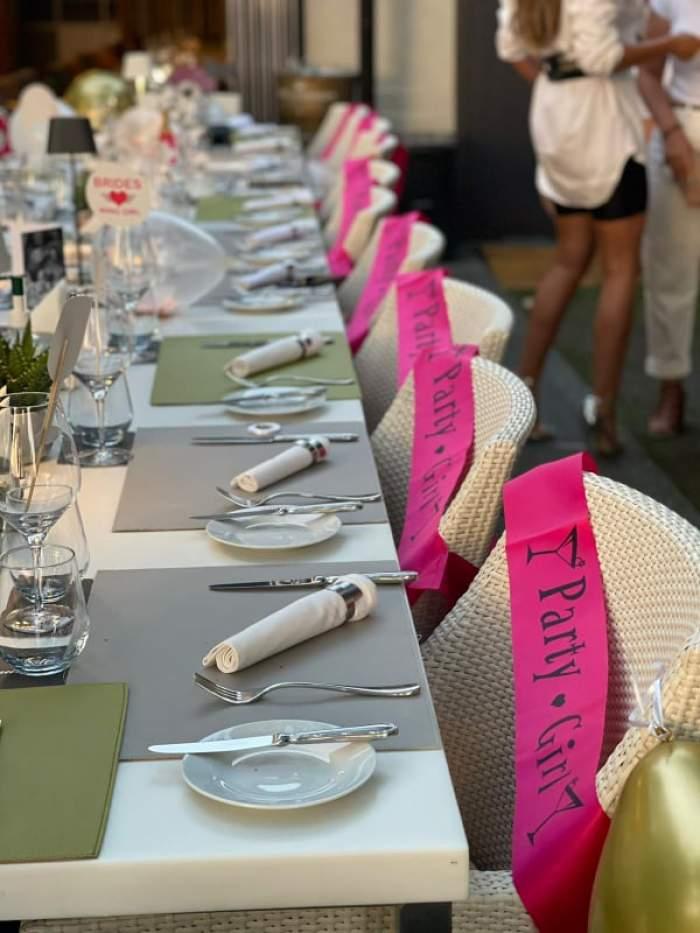Masa aranjată pentru petrecerea burlăcițelor