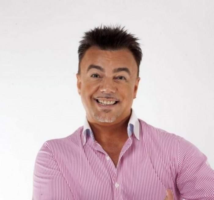 Adrian Enache, zâmbitor, în cămașă roz