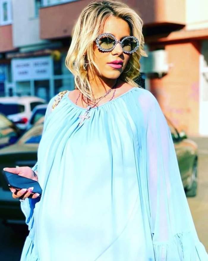Roxana Diță, în rochie albastră, vaporoasă