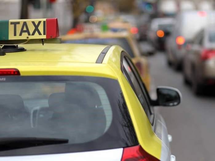 Doi tineri au fost loviți de un taximetrist pe trecerea de pietoni, la Făgăraș. Victimele au fost transportate de urgență la spital / FOTO