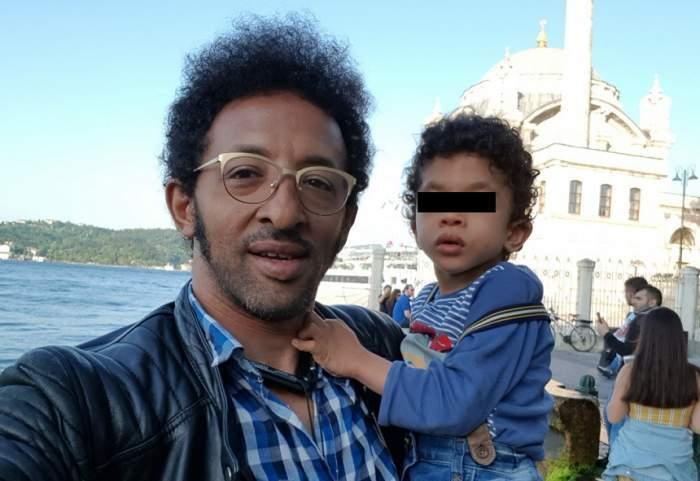 Kamara își ține fiul în brașe