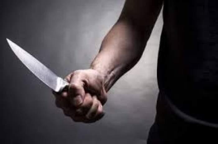 Un bărbat cu un cuțit în mână