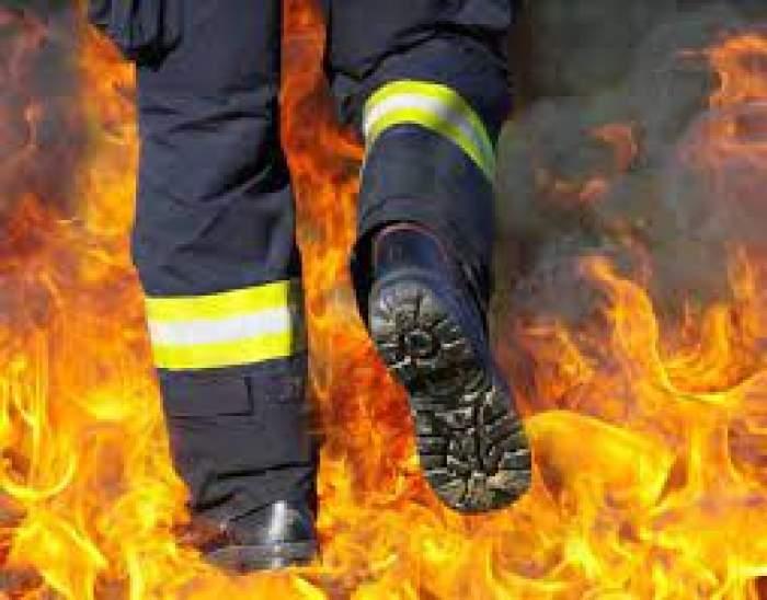 Un pompier care merge prin flăcări