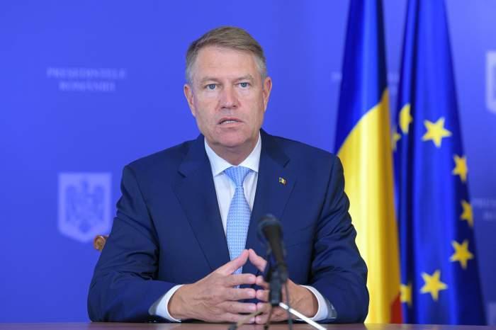 Klaus Iohannis, gesticulează în fața presei