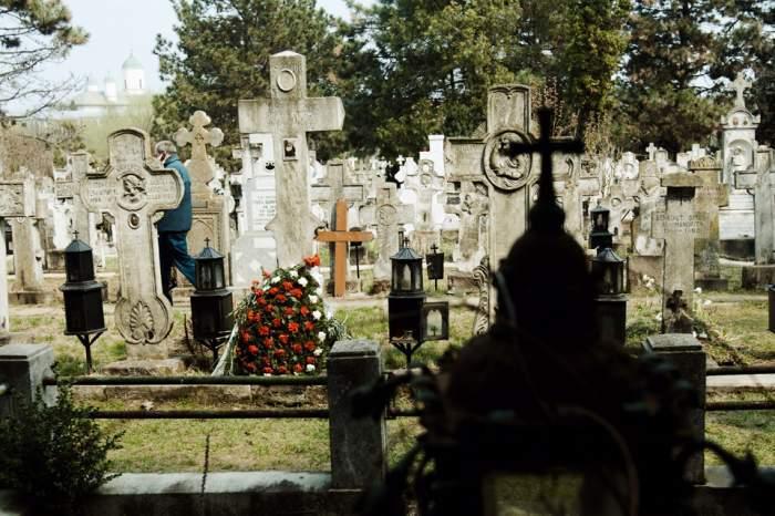 Morminte într-un cimitir