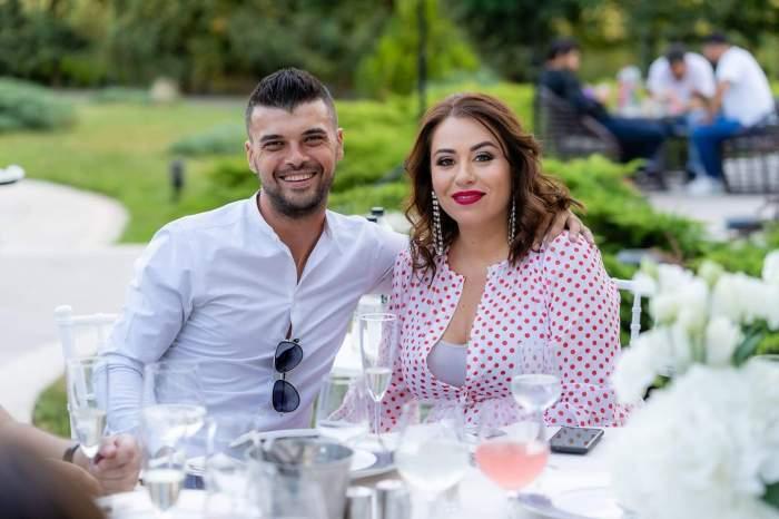 Oana Roman și Marius Elisei, fotografiați zâmbitori, îmbrăcați elegant