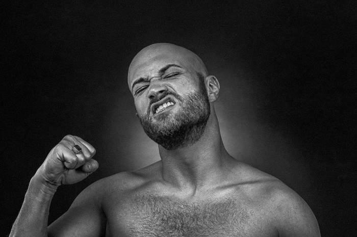 Mihai Bendeac, la bustul gol, fotografie alb-negru, gesticulând cu mâna