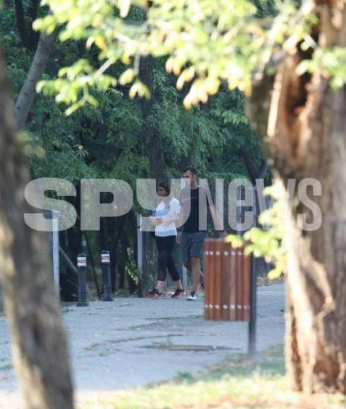 Andrei Sota și iubita, surprinși în parc