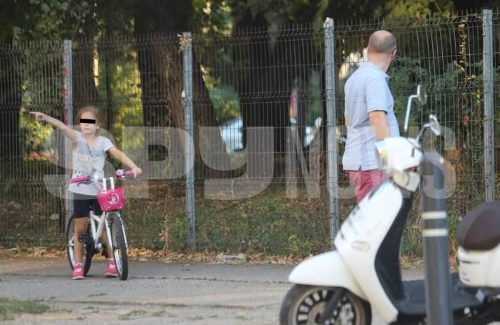 Andrei Tinu le dă peste nas tuturor! Cum se comportă, de fapt, politicianul cu micuții săi. Imaginile spun totul / PAPARAZZI
