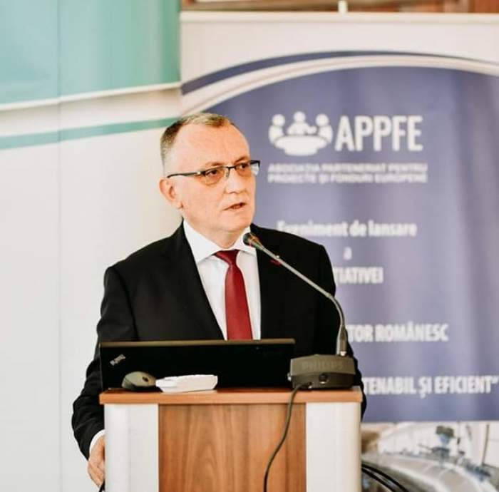 Sorin Cîmpeanu, la costum, în cadrul unei conferințe de presă