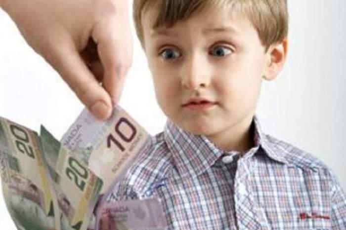 Colaj foto cu un copil și mai multe bancnote