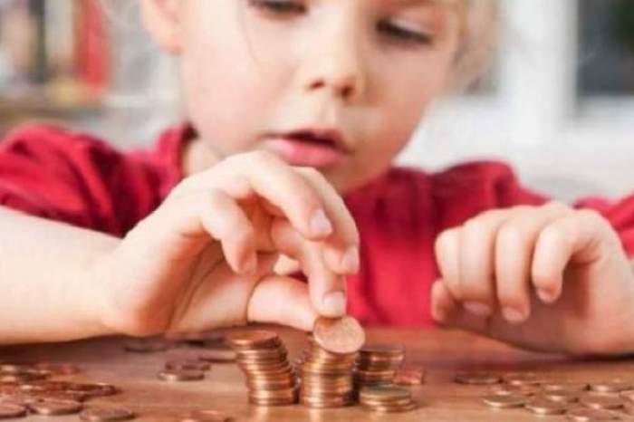 Un copil care numără bani