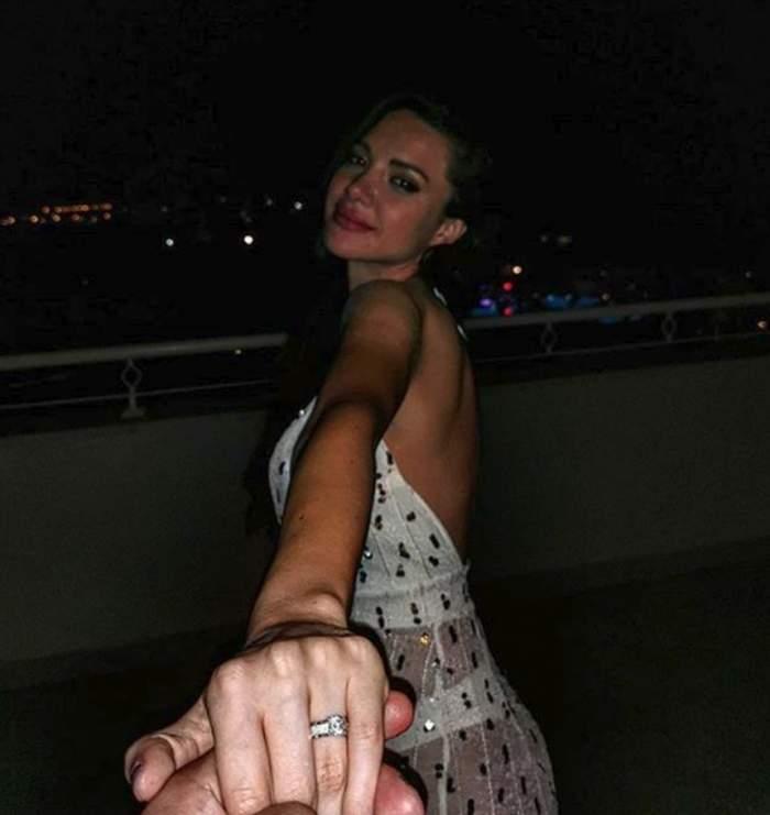 Otilia Bilionera, pe plajă, ținută de mână, cu inelul de deget