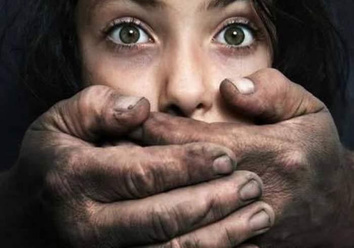 Răpire ca în filme în Buzău! O adolescentă de 14 ani a fost băgată cu forța într-o mașină, în timp ce mergea la magazin