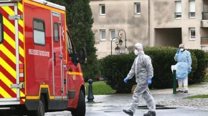 echipaj ambulanță care merge la cazuri Covid