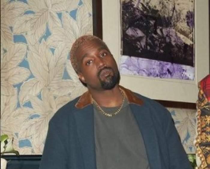 Kanye West lângă un tablou