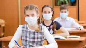 """Părinții elevilor din România cer măști medicinale gratuite pentru copiii lor: """"Este nevoie de susținerea familiilor"""""""