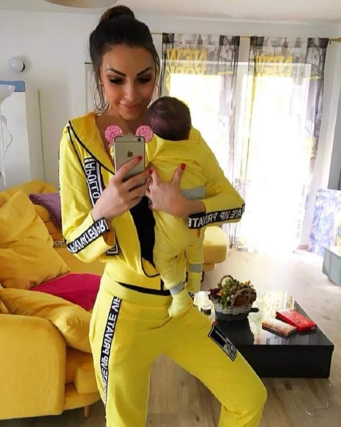 Andreea Podărescu, poză în oglindă, cu băiatul în brațe