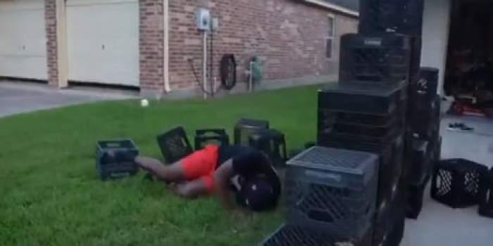 Un om căzut de pe lăzile de plastic