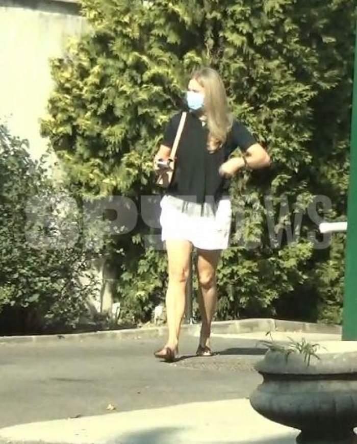Dana Războiu, în pantaloni scurți albi și tricou negru