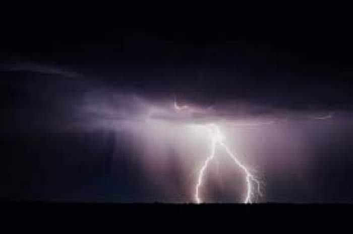 Un cer plin de fulgere