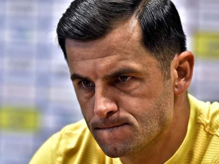 Nicolae Dică, în tricou galben, strâmbându-se