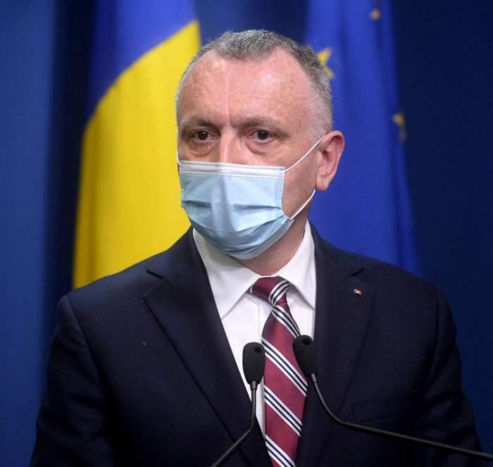 Sorin Cîmpeanu, în costum negru, cu masca de protecție pe față