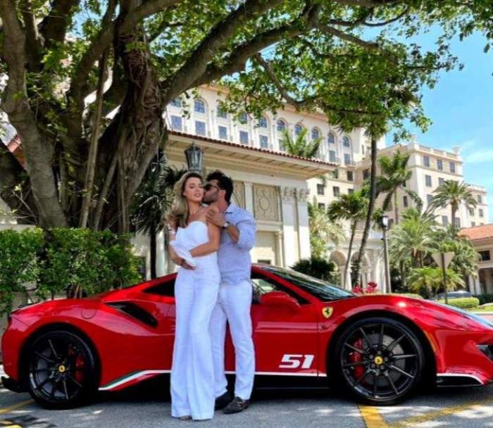 Alina Vidican și Claude Senhoreti lângă o mașină roșie