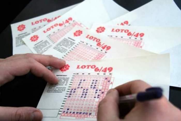 Un bărbat care bifează mai multe bilete de Loto