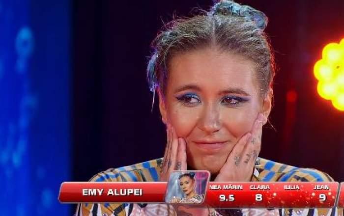 Emy Alupei, zâmbitoare, cu mâinile la față