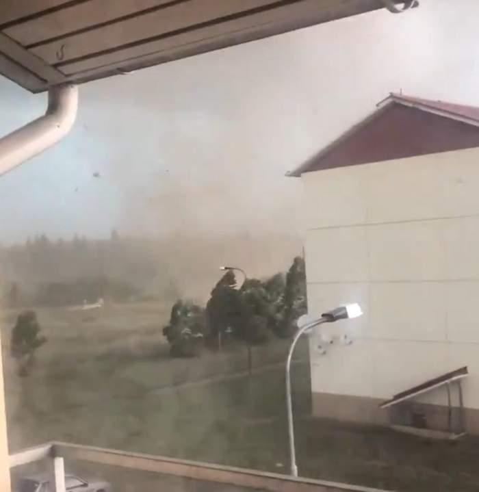 Scene cumplite în Rusia din cauza furtunilor violente! Un copil și doi adulți au pierdut lupta cu viața, iar un șofer a fost prins în mijlocul tornadei / FOTO
