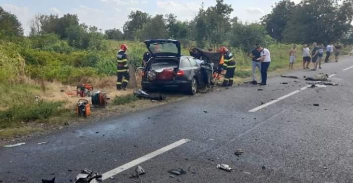 Mașina lovită pe marginea drumului