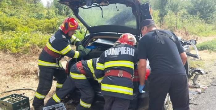 Medicii lângă mașina lovită