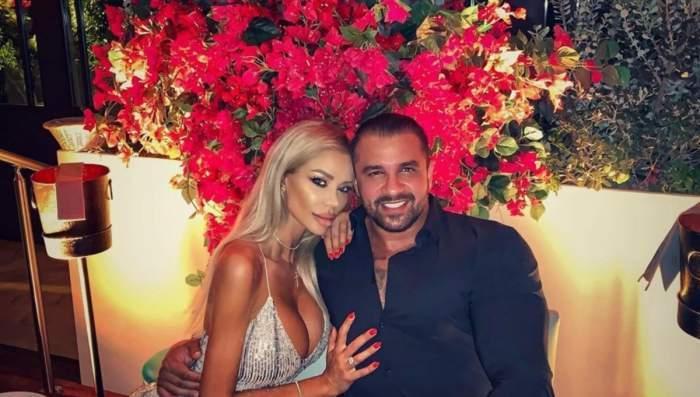 Alex Bodi și Bianca Drăgușanu, într-un local din București, zâmbitori și îmbrățișați