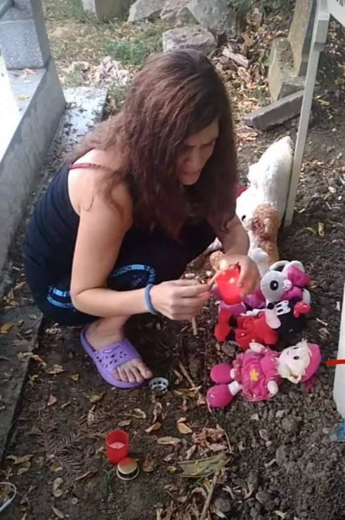 """Mama gemenilor din Ploiești, imagini sfâșietoare de la mormântul celor mici: """"Jur pe viața mea că nu o să vă las singuri"""" / FOTO"""
