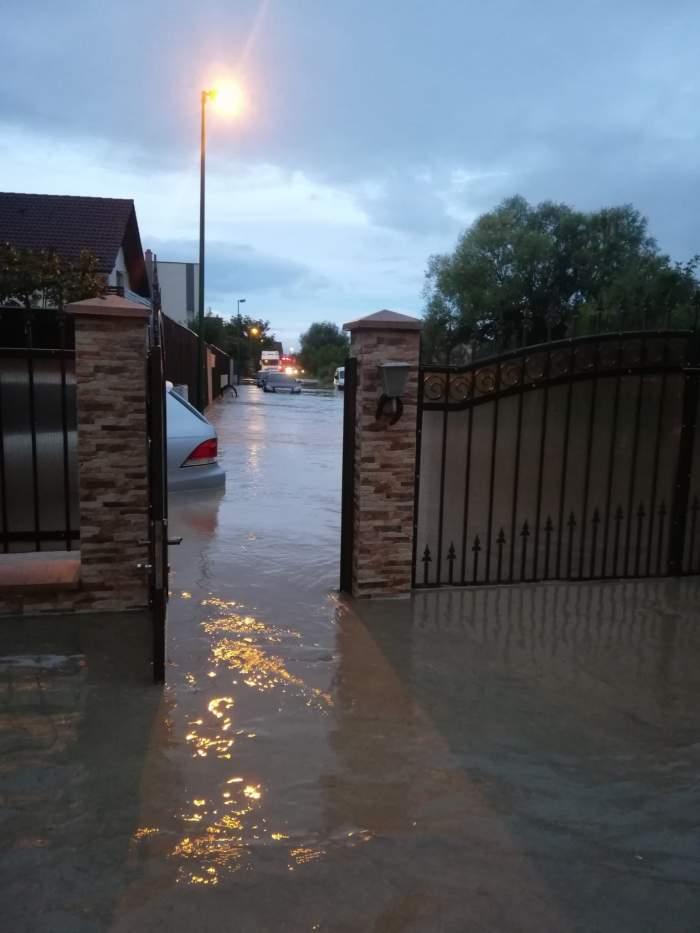"""Viitură de proporții în Brașov. Inundația a afectat sute de case și mașini: """"Nu mai am ce să repar la ea, e compromisă"""" / FOTO"""