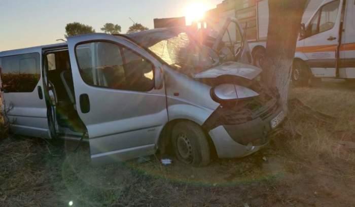 Accident grav în zona Pădurea Sarului din Olt! Un microbuz plin cu muncitori a fost distrus / FOTO