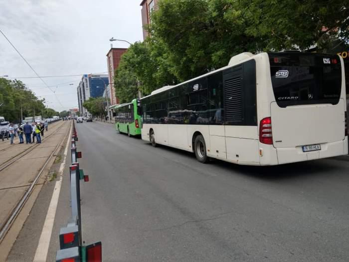 Trei persoane au ajuns la spital după ce șoferul unui autobuz din București a frânat brusc. Ce spun oficialii despre eveniment