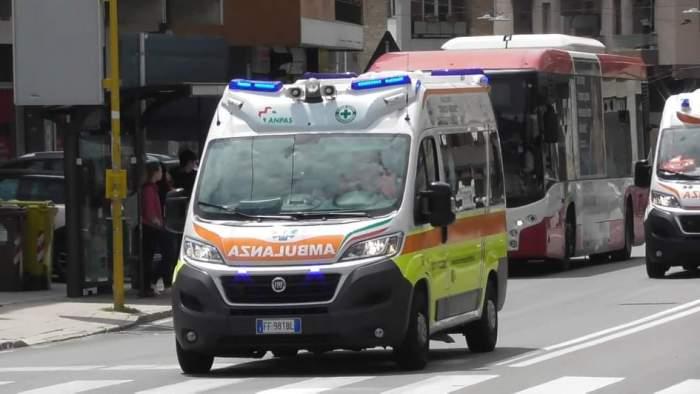 Un român din Italia a chemat ambulanța, apoi a încercat să o fure. Bărbatul a fost reținut, după ce a vrut să lovească polițiștii cu o sticlă
