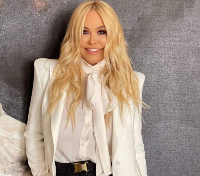 Vica Blochina îmbrăcată în alb
