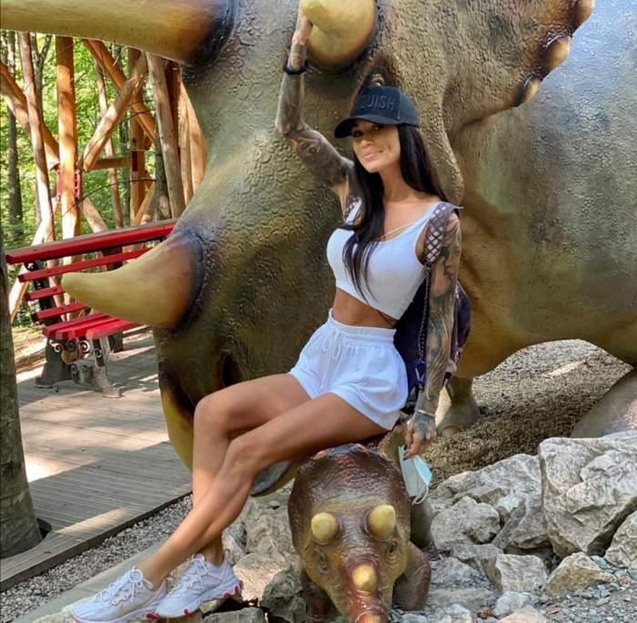 Roxana Vancea, pe un elefant, în ținută albă