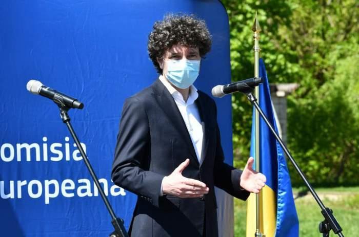 Nicușor Dan, cu masca de protecție pe față, la o conferință