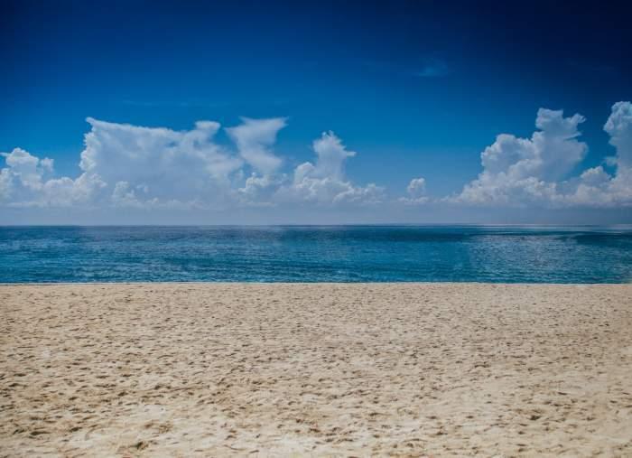 Plajă cu nisip și vedere la mare