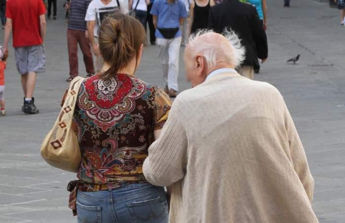 """Menajerele și îngrijitoarele românce plecate la muncă în Italia și-ar putea pierde locul de muncă dacă nu se vaccinează împotriva coronavirusului: """"Vrem să protejăm bătrânii"""""""