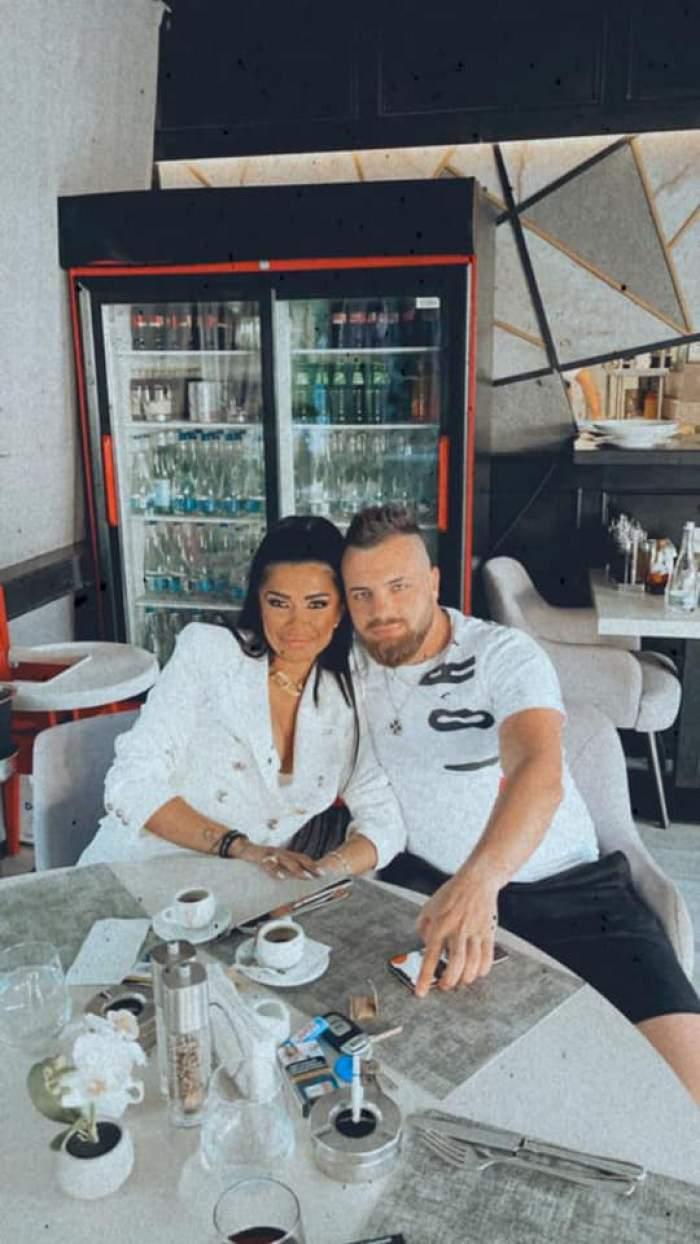 """Raluca Drăgoi s-ar iubi, de fapt, cu un bărbat însurat. Soția sportivului, acuzații dure la adresa manelistei: """"Eu eram la el în casă, mi-a luat bărbatul"""""""
