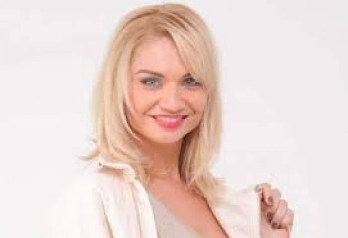 Cristina Cioran. zâmbitoare, îmbrăcată în alb