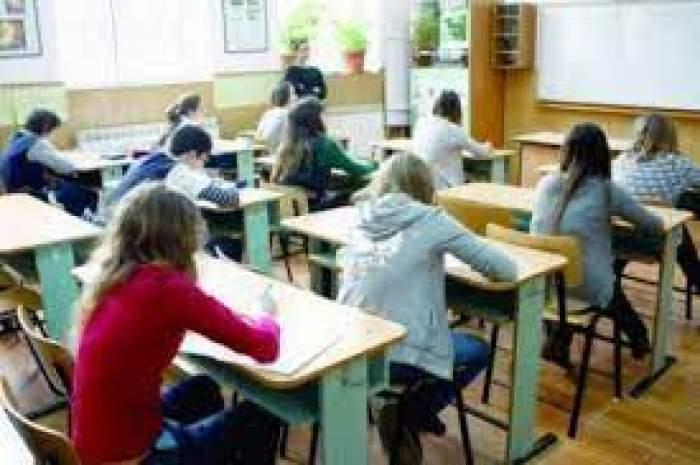O sala de curs plină de elevi care scriu