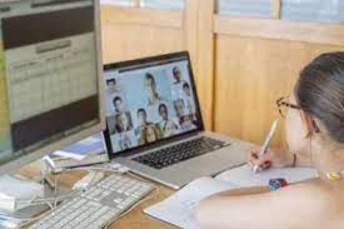 O fată care învață online