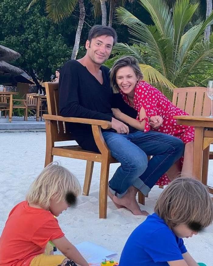 Adela Popescu, Radu Vâlcan și doi copii pe plajă